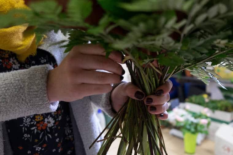 Détail des mains d'Aurélie tenant un bouquet volulmineux