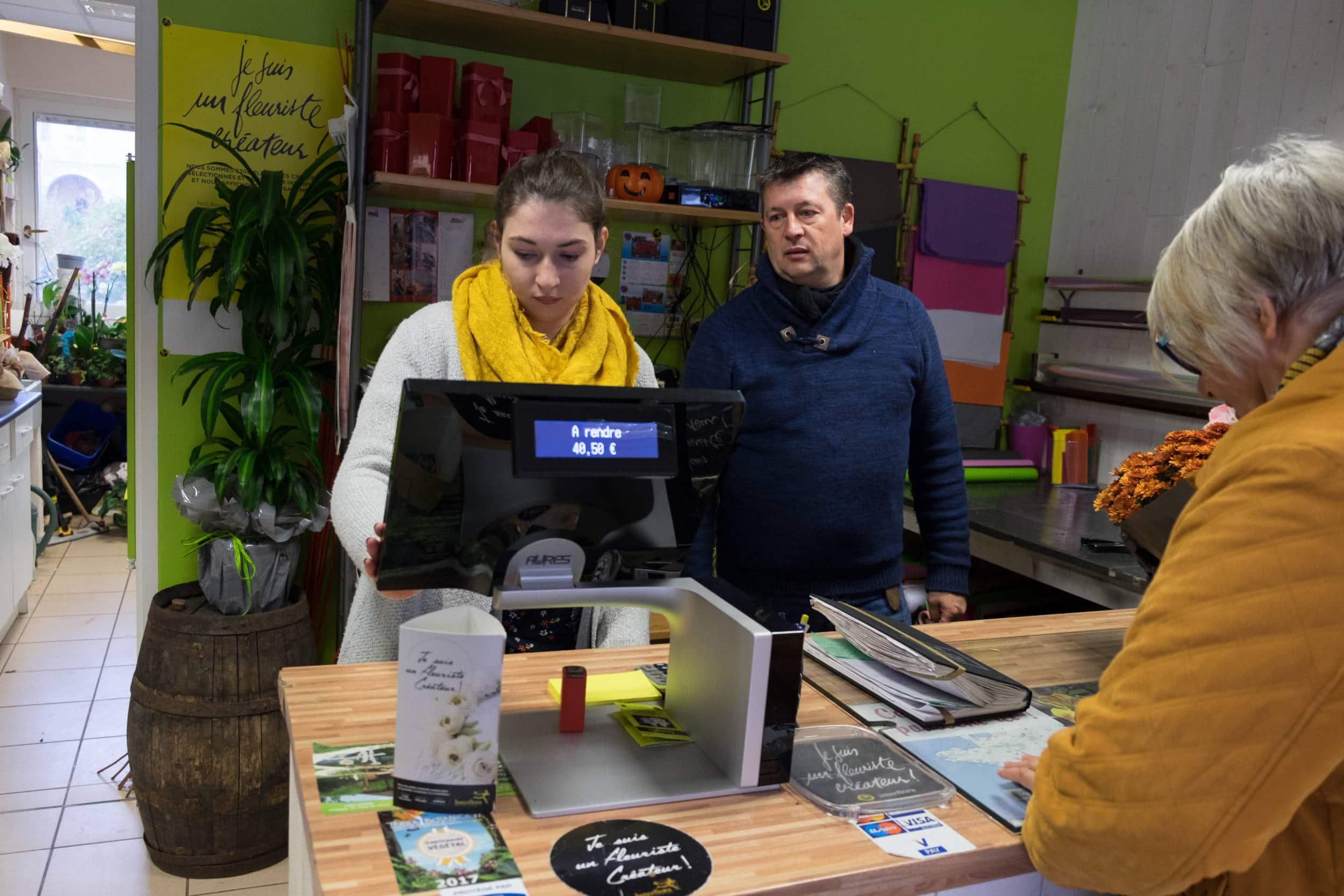 Aurélie encaisse une cliente à l'aide de sa caisse enregistreuse