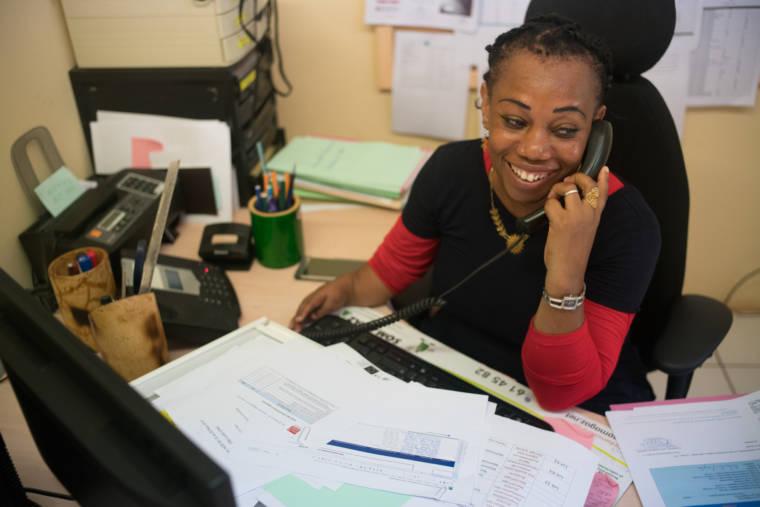 Hayati, souriante, passe un appel téléphonique