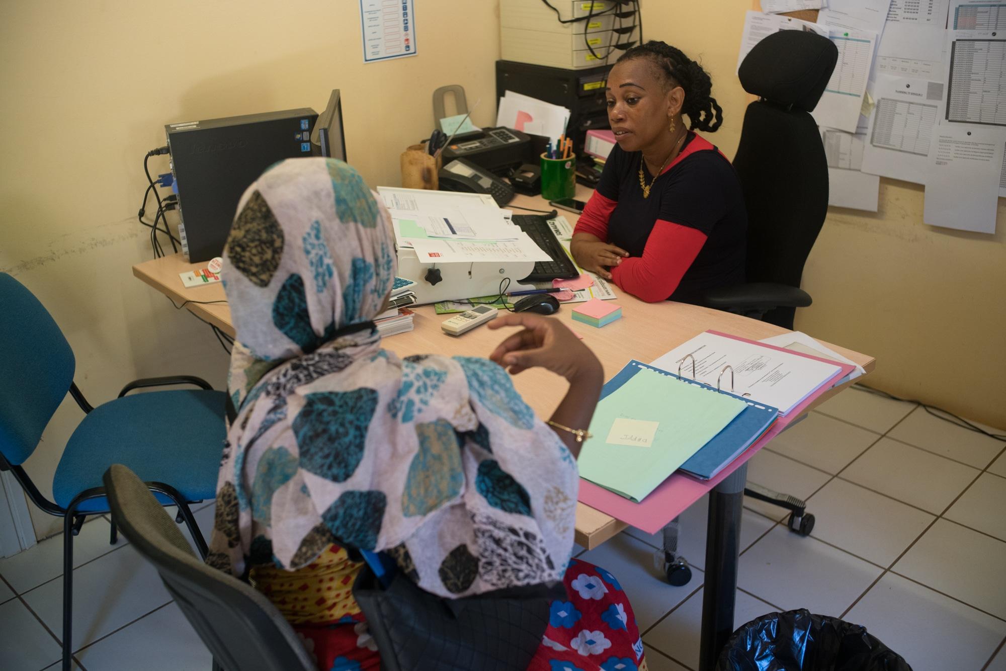 Hayati reçoit une femme à son bureau
