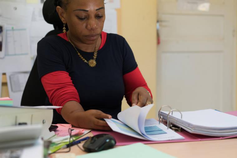 Hayati consulte des documents dans un classeur