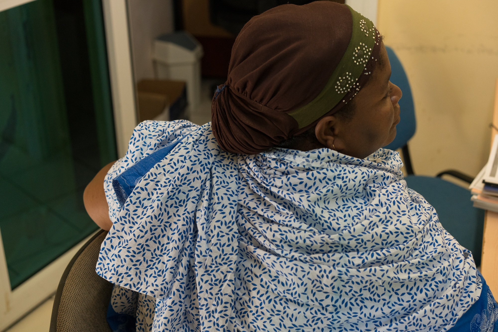 La personne que reçoit Hayati, photographiée de dos