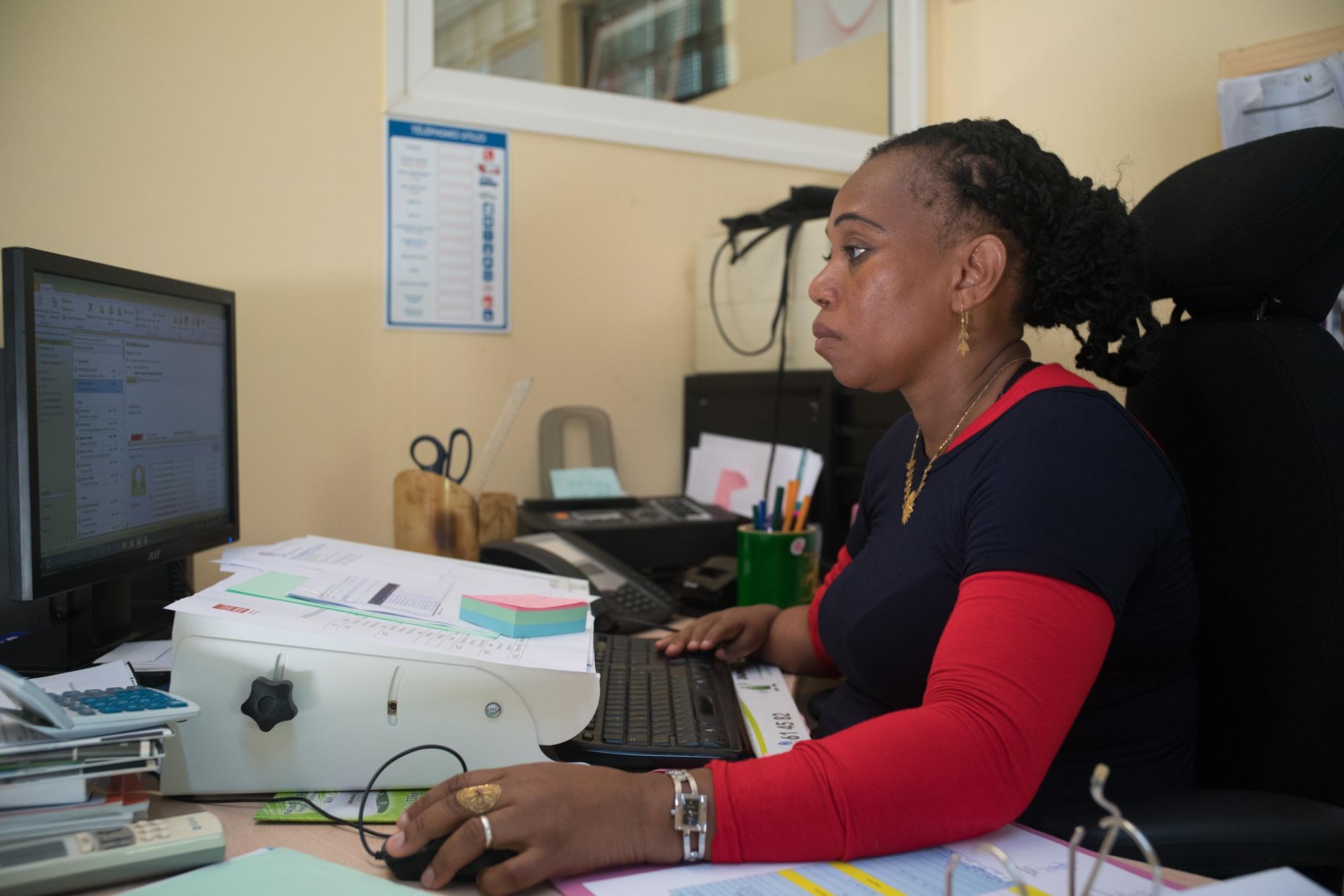 Hayati, photographiée de profil, utilise son ordinateur