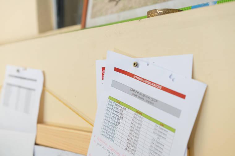"""Des documents sont épinglés sur un tableau en bois. On peut lire """"Calendrier de Réunion CE/DP, année scolaire : 2018-2019"""""""