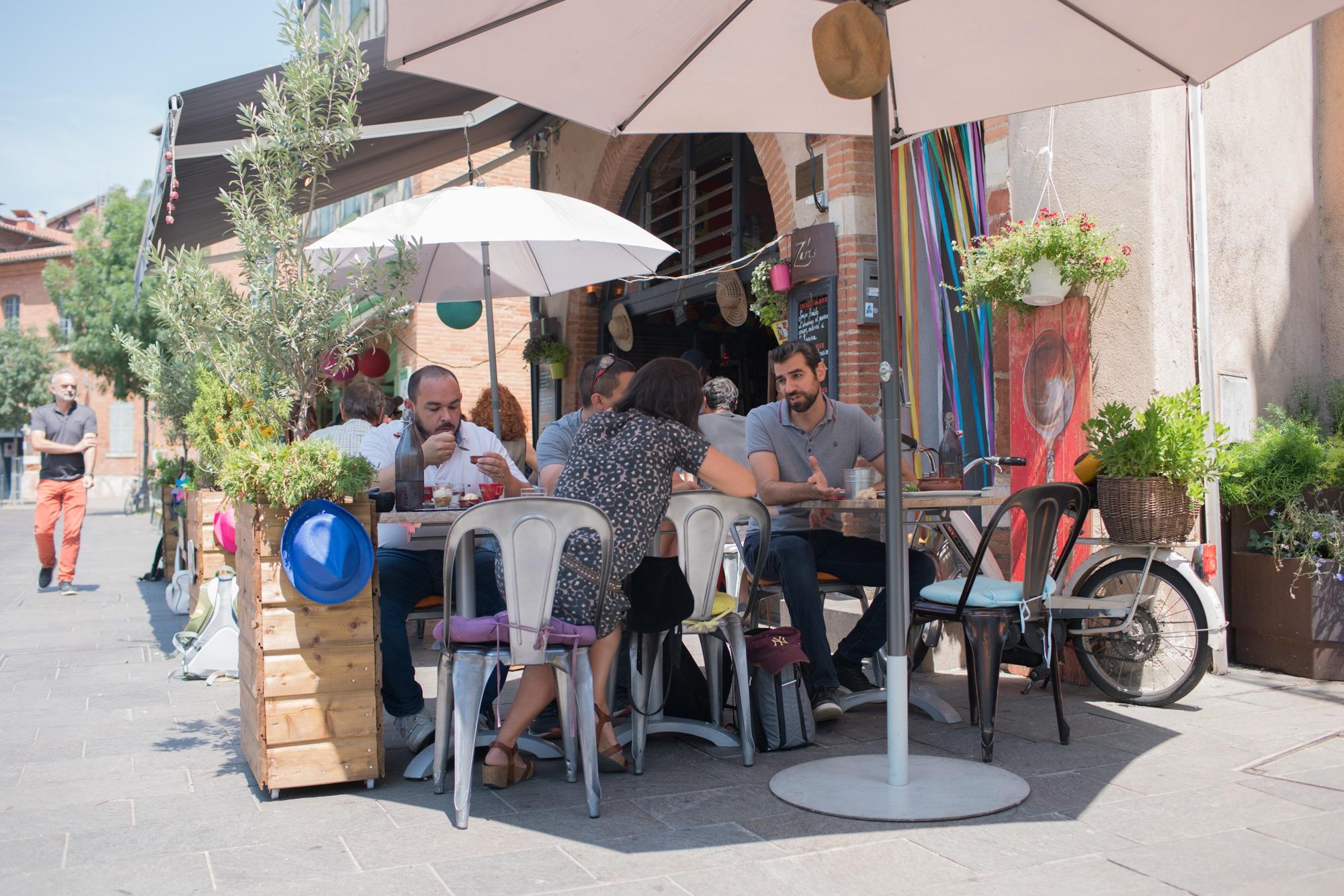 Christophe discute en terrasse d'un café