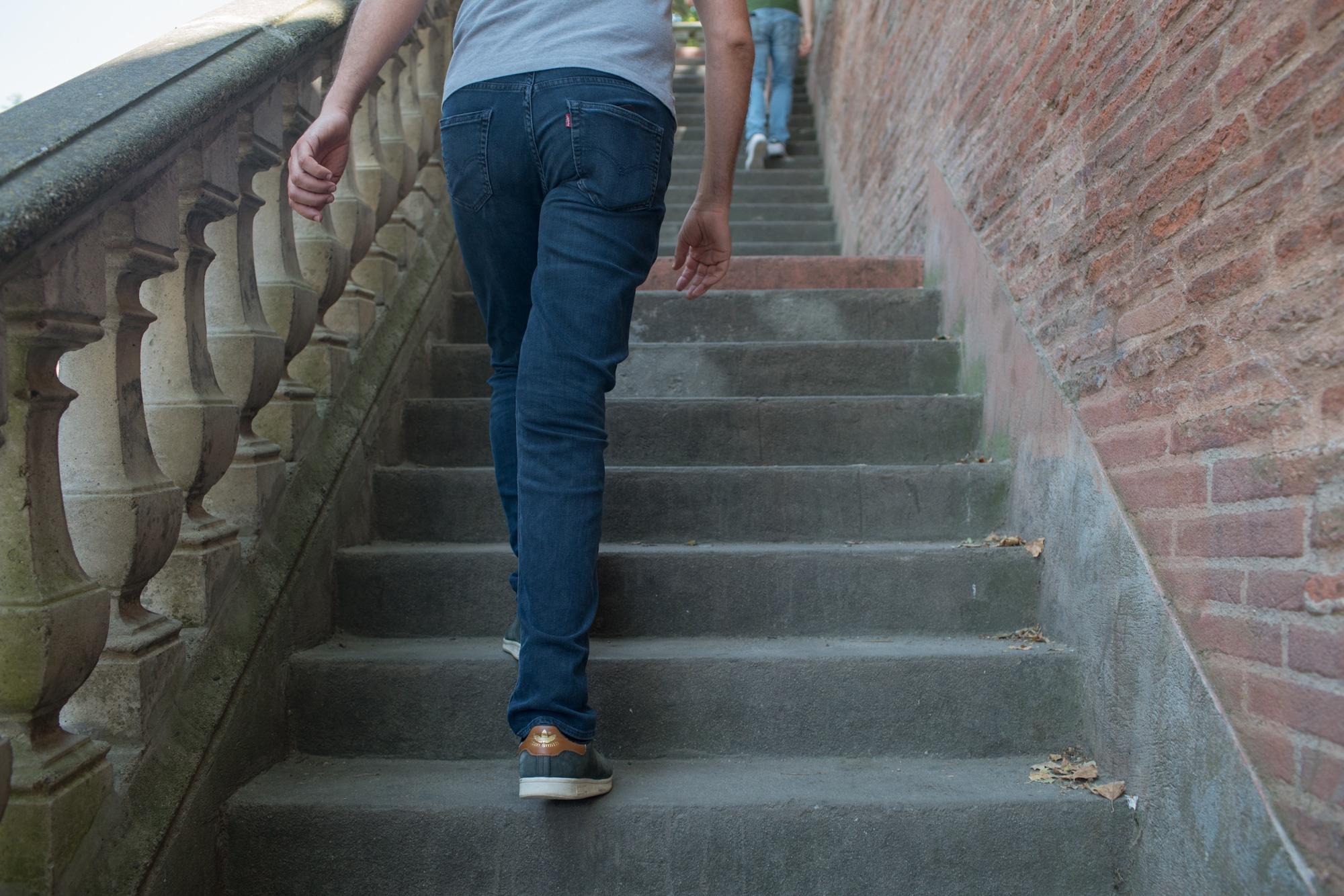 Christophe monte des escaliers extérieurs