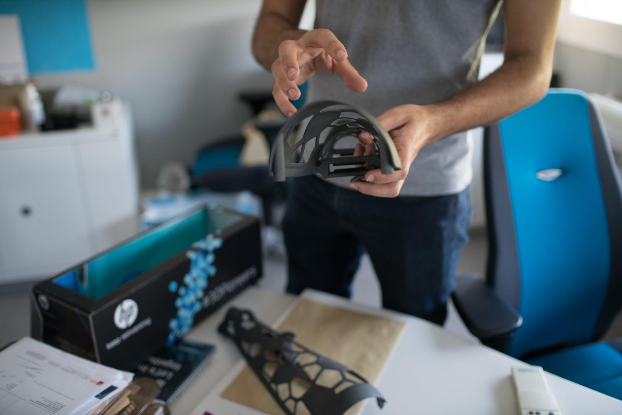 Les mains de Christophe exposent un prototype de prothèse