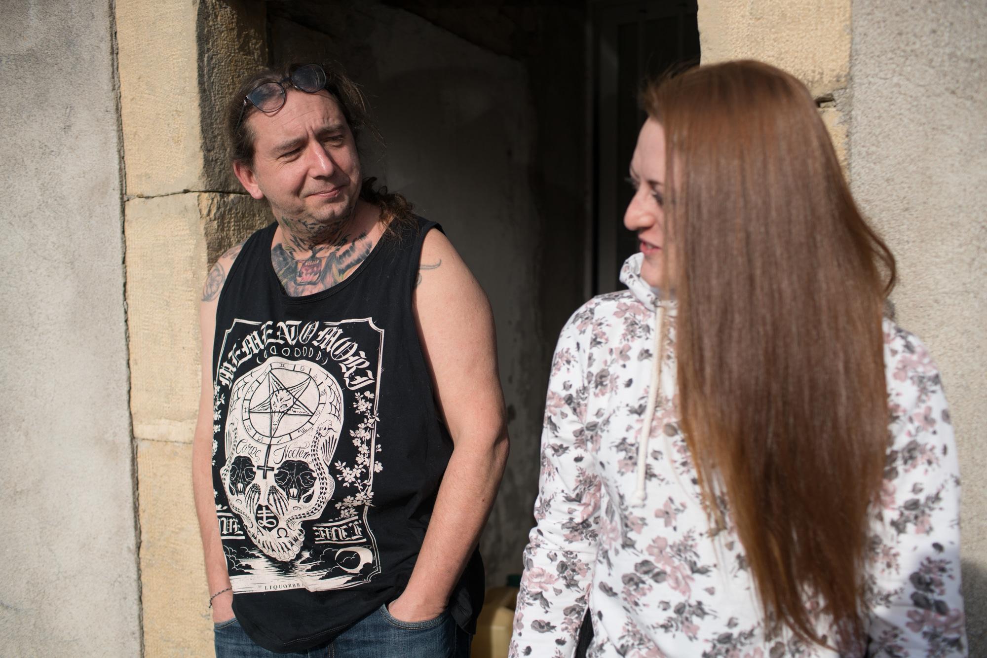 Damien et sa cliente discutent au soleil dans l'encadrement d'une porte exterieure