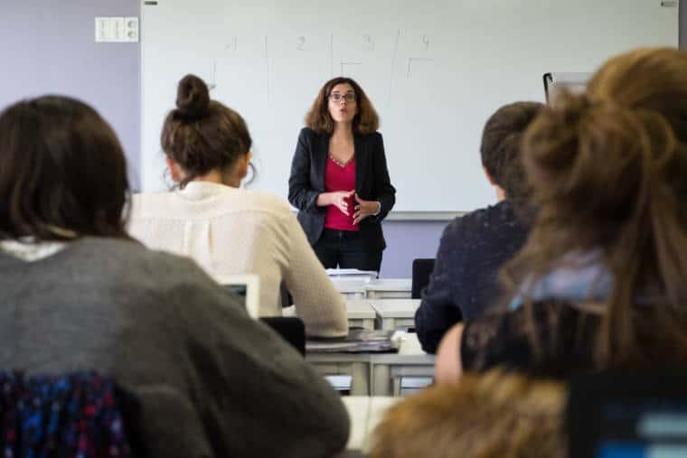 Delphine, de face au second plan, s'adresse à ses élèves placés au premier plan