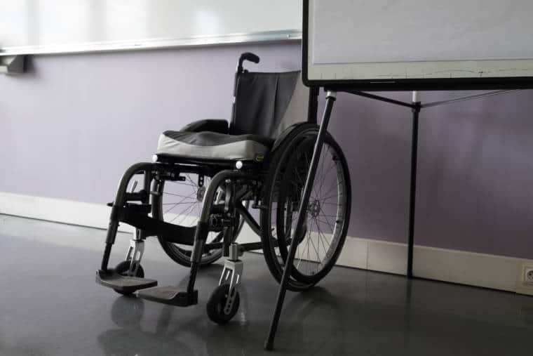 Le fauteuil de Delphine, vide, est placé sous le tableau de classe.