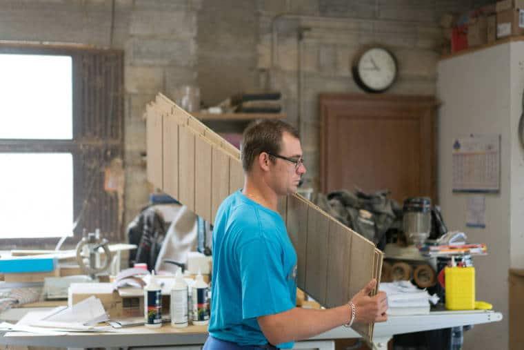 Edouard transporte des découpes de bois