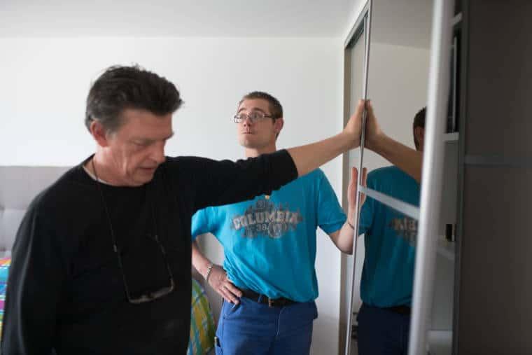 Edouard observe la pièce dans laquelle il se trouve avec un collaborateur