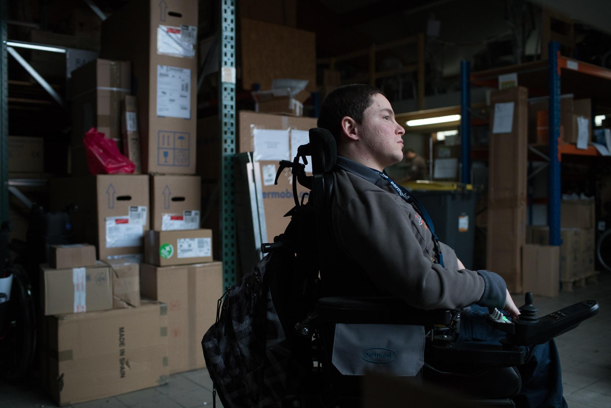 Edouard, pensif, de profil dans l'entrepôt