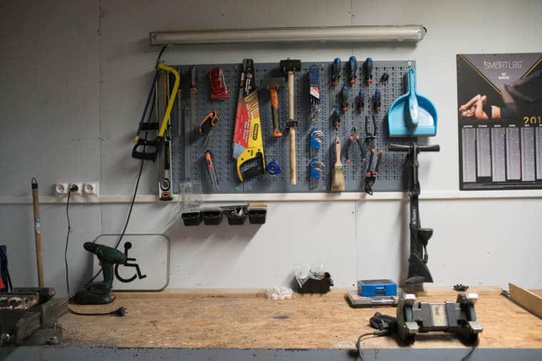 L'établi, surplombé d'une série d'outils et d'un calendrier
