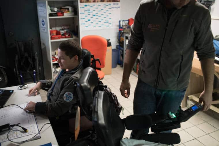 Edouard travaille, pendant que son collègue observe son fauteuil
