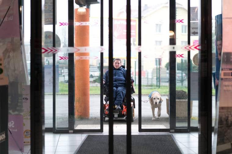 Edouard et son chien passent les double-portes du Carré Médical