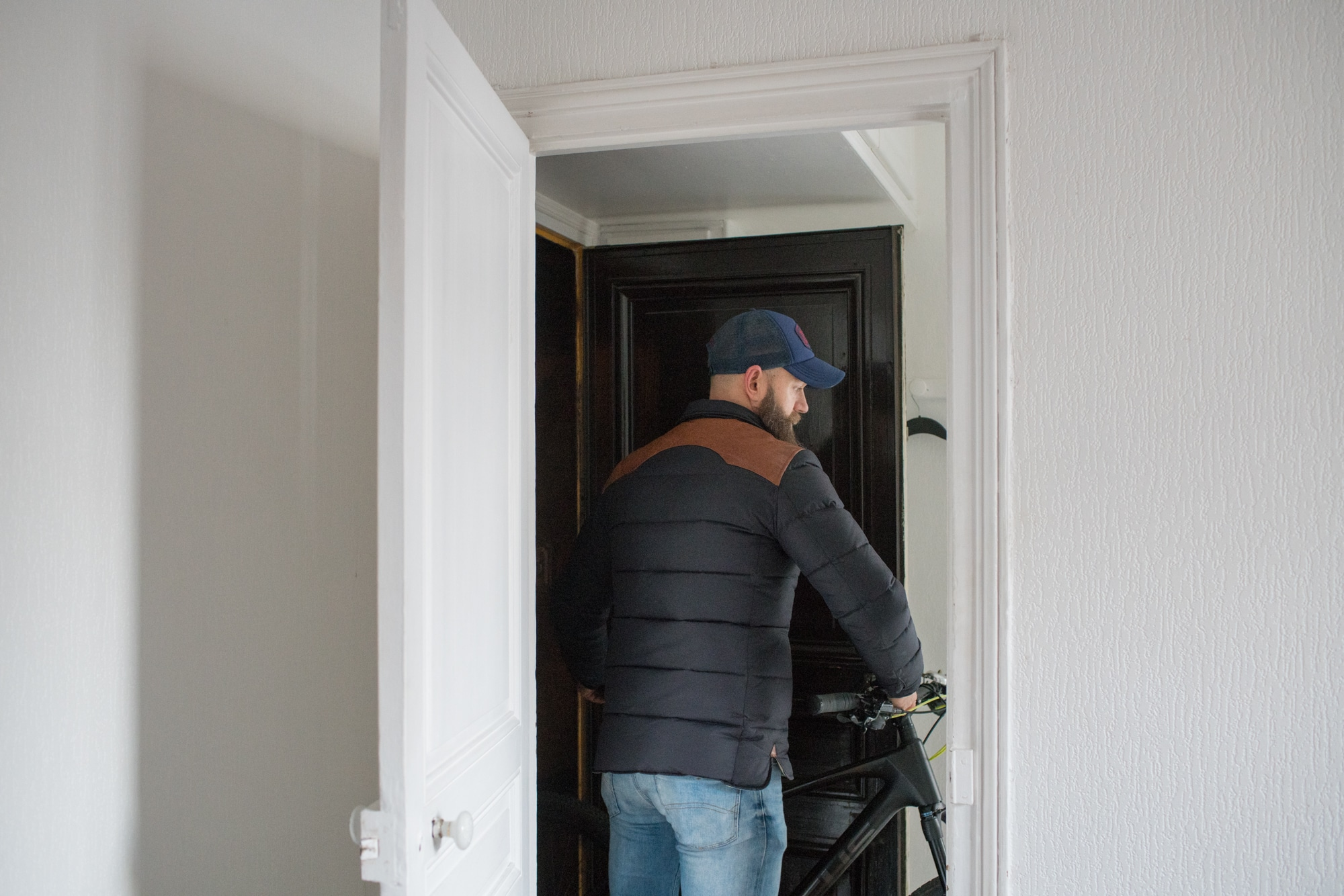 Mornay sort son vélo de l'appartement.