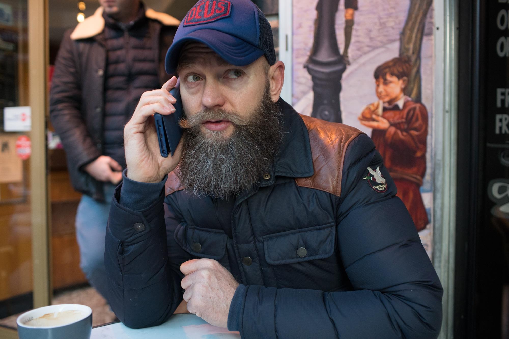 À la terrasse d'un café, Mornay est au téléphone.