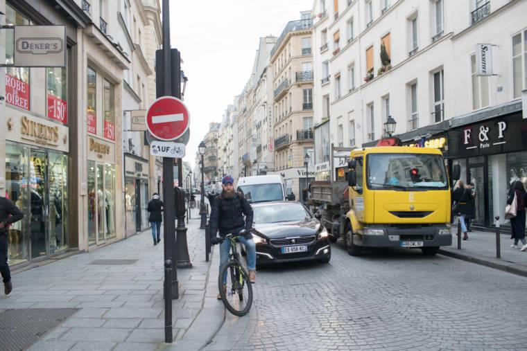 Mornay est à vélo sur la voie de circulation, arrêté à un feu rouge.