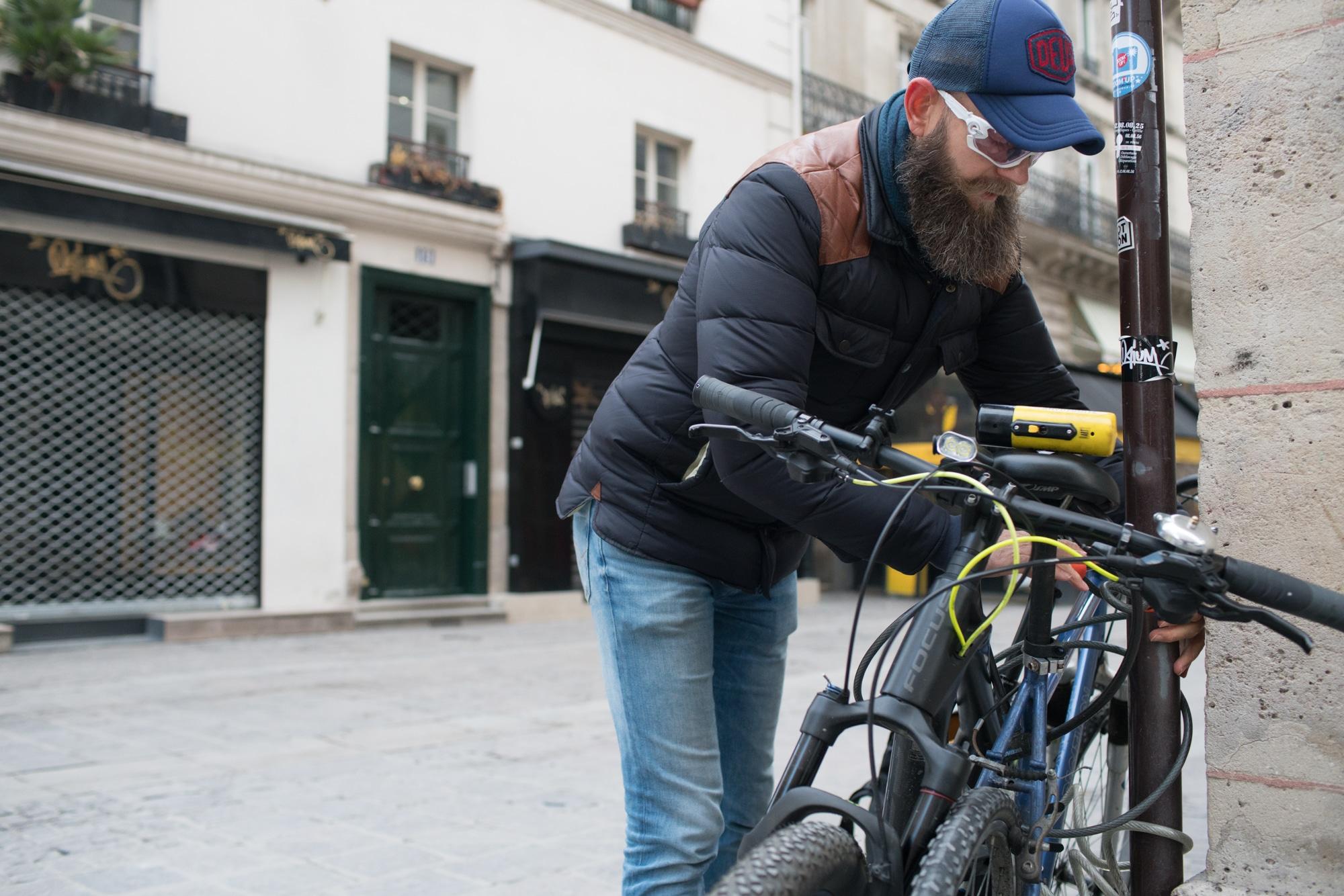 Mornay attache son vélo dans la rue.