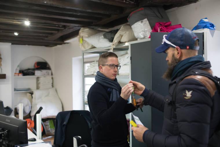 Mornay récupère des clés auprès d'un collègue, dans un bureau.