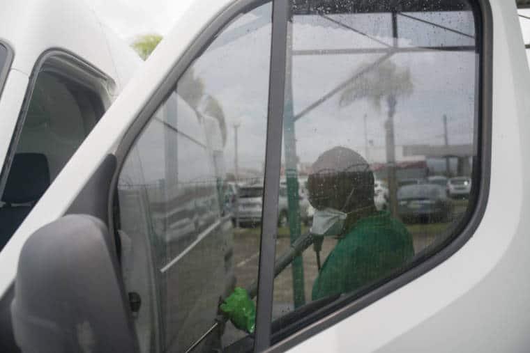 À travers la vitre avant gauche on aperçoit Fred qui passe le Kärcher à l'intérieur du véhicule.