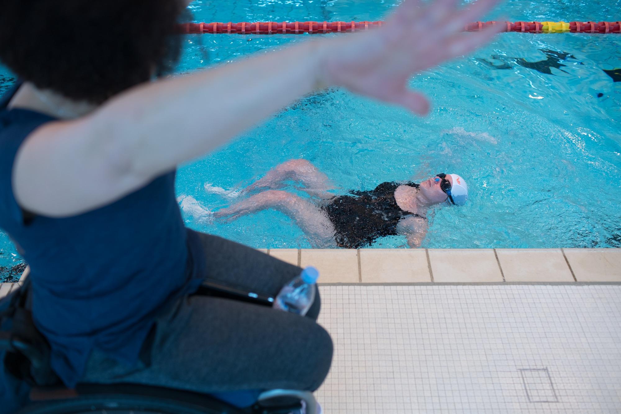 Hadda, au premier plan, montre des mouvements à son élève, immergée dans le bassin.