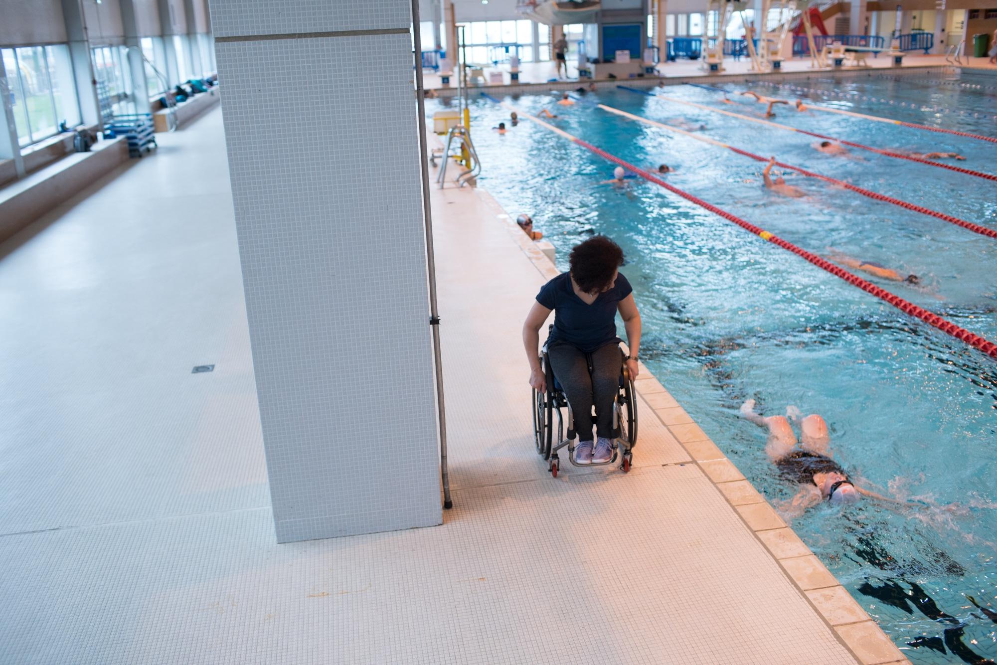 Hadda suit son élève du bord de la piscine.