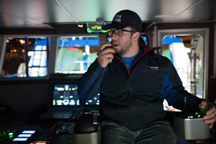 José Leprêtre parle au talkie-walkie dans la cabine du Rose de Cascia