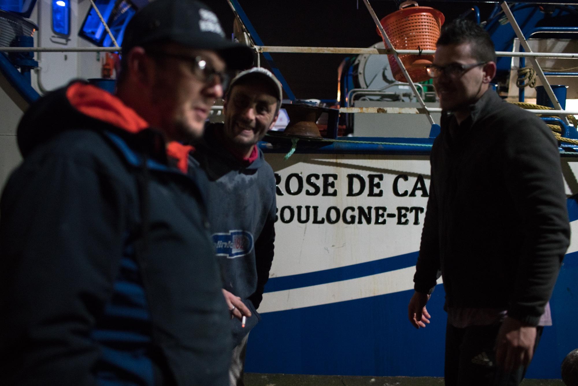 José Leprêtre et son équipe discutent devant le Rose de Cascia.