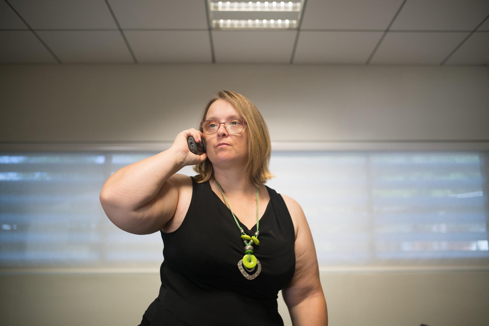Portrait de Lucy, debout, en train de téléphoner.