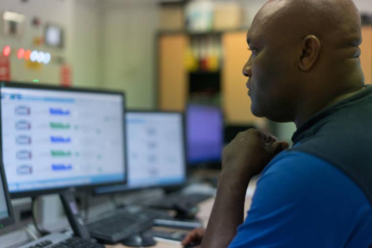 Soihibou, de profil gauche, travaille sur son ordinateur.