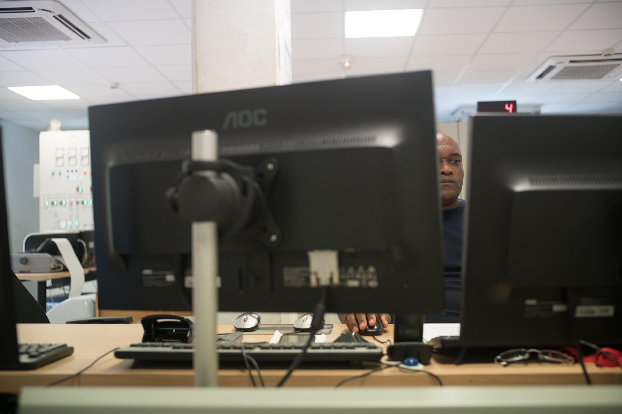 On aperçoit Soihibou en train de travailler, entre ses deux moniteurs.