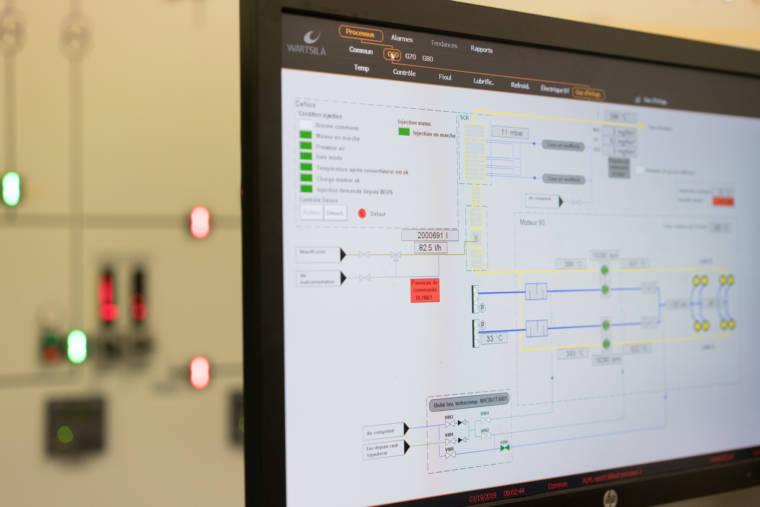 Zoom sur un écran d'ordinateur, sur lequel on voit des schémas de circuits électriques et des informations techniques.