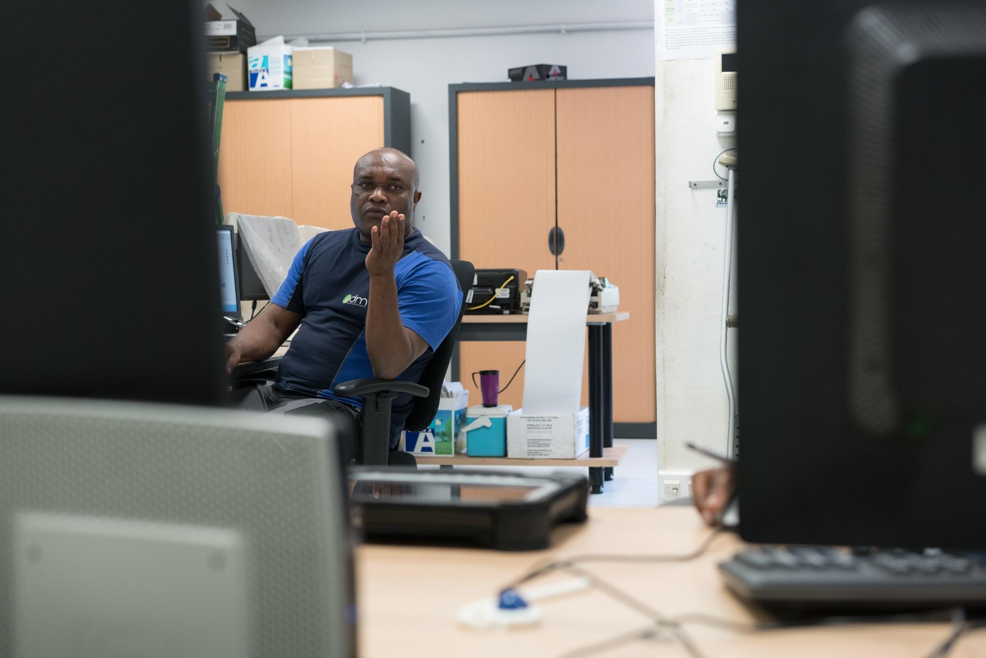 Soihibou, de face, s'adresse à un collègue de travail.