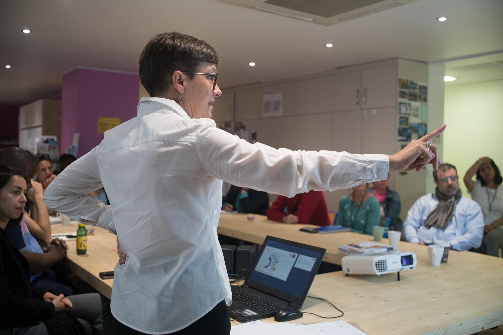 Mathilde continue sa présentation devant son public.