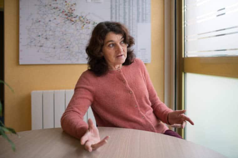 Patricia Jayet, assis à une table ronde, s'adresse à une personne hors champ