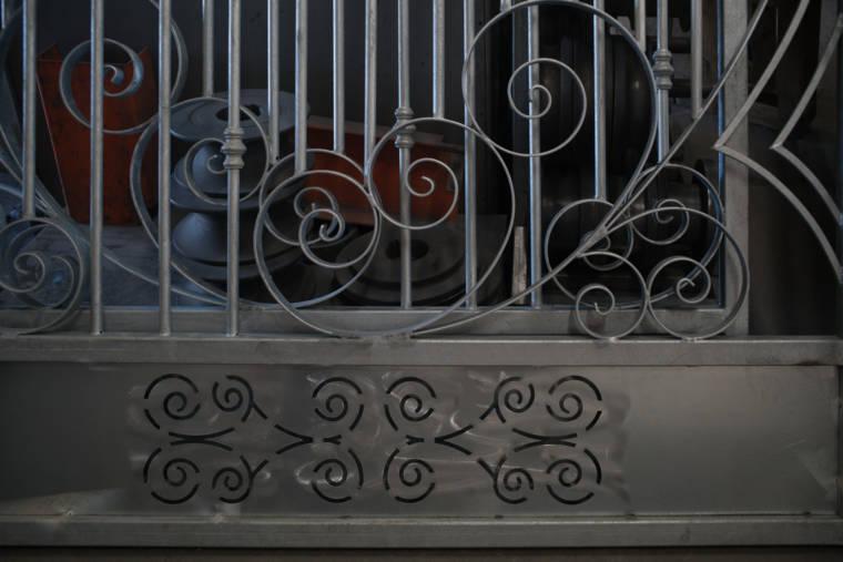 Un plan serré sur un portail ouvragé en métal.