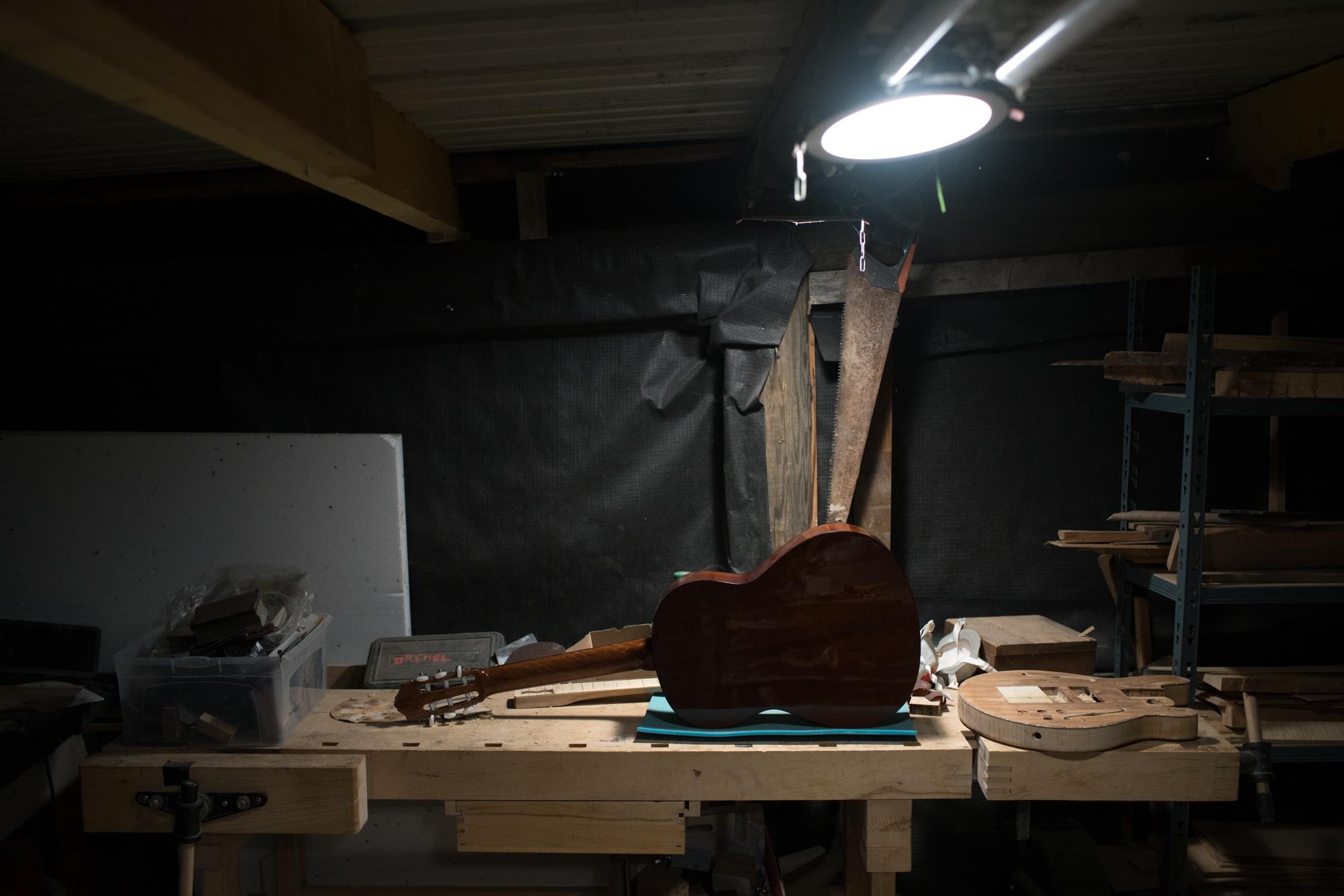 Une guitare terminée trône sur l'établi de Pierre.