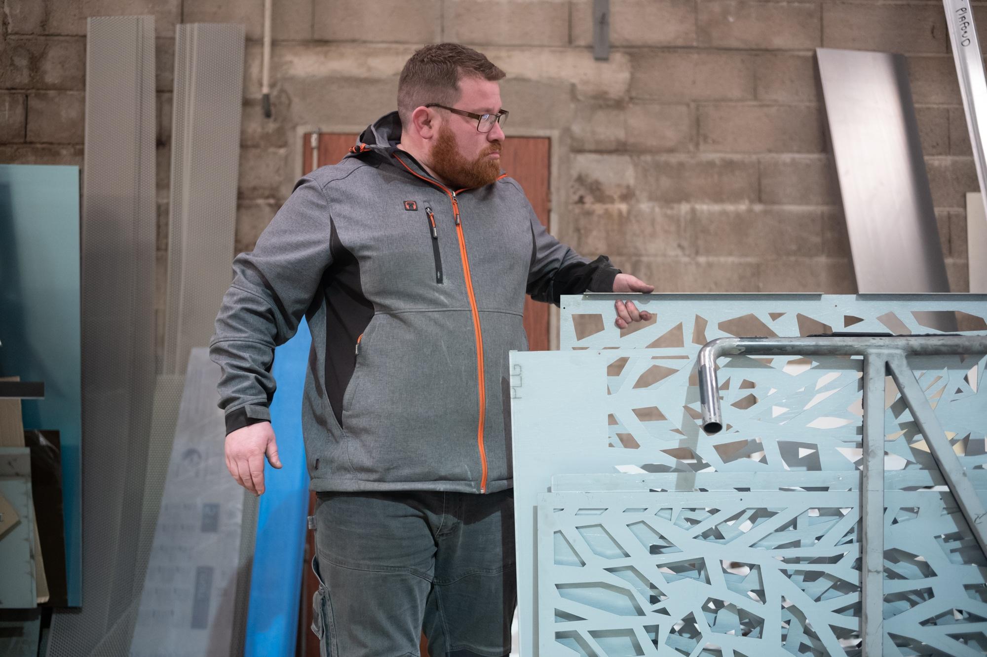 Arnaud manipule de la main gauche une structure métallique ouvragée