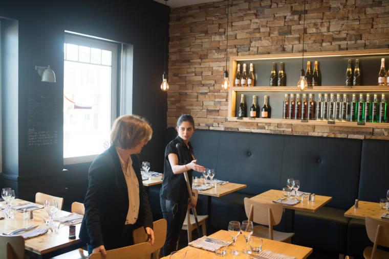 En salle, un manche de serpillière à la main, Océane s'entretient avec la responsable de l'hôtel restaurant Le Trinquet.